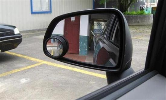 还敢在后视镜贴小圆镜? 70%司机都在使用