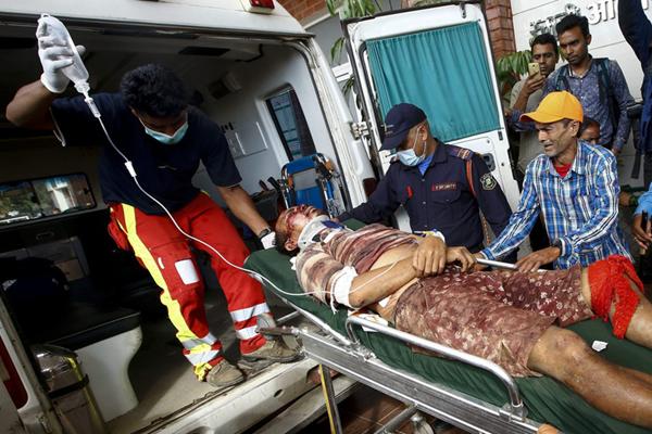 尼泊尔一辆公交车坠下悬崖 至少18人丧生