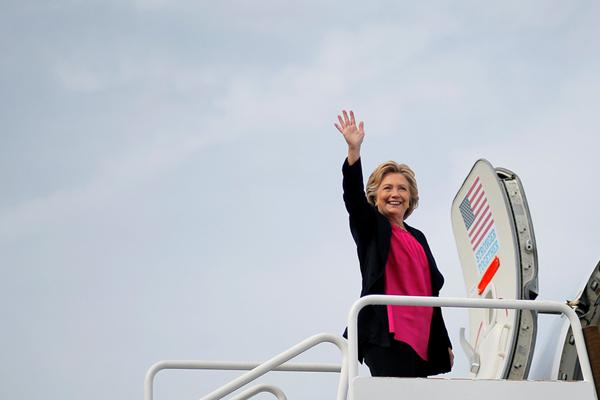 美总统候选人希拉里将飞北卡州竞选 飞机上接受采访