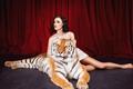 模特与狮子拍大片 提醒保护动物意识