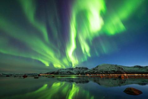 挪威北极光奇幻美丽如从山口喷出