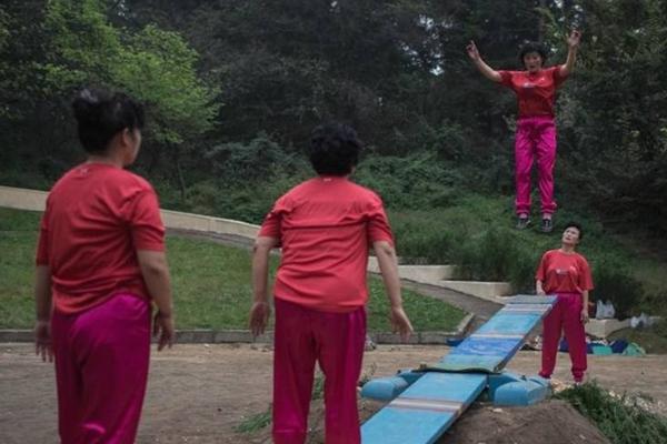 实拍朝鲜平壤公园里的市民
