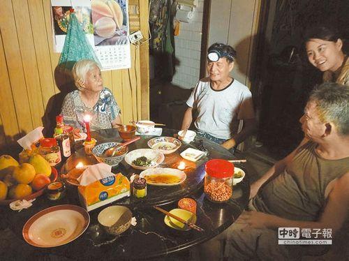 """台风""""鲇鱼""""侵台导致4死316伤 334万户大停电"""