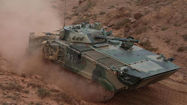 祁连山演习步战车卷起漫漫黄沙