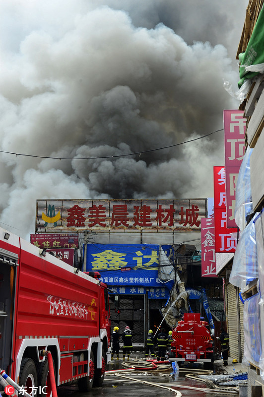 昆明一建材城突发火灾 现场浓烟滚滚