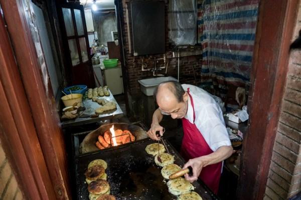 上海最火葱油饼店停业 店主:想办证但租不起店面