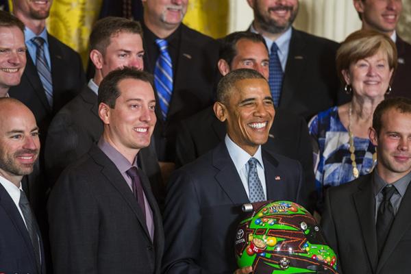 奥巴马接见纳斯卡赛车冠军车队 获赠头盔心情大好