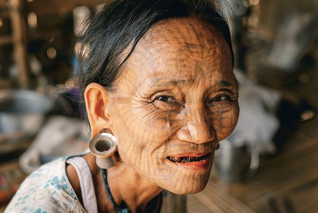缅甸部落风俗:女性面部纹身标志成年