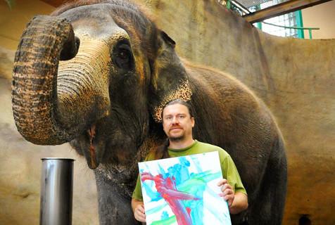 捷克大象充满艺术细胞有模有样学绘画