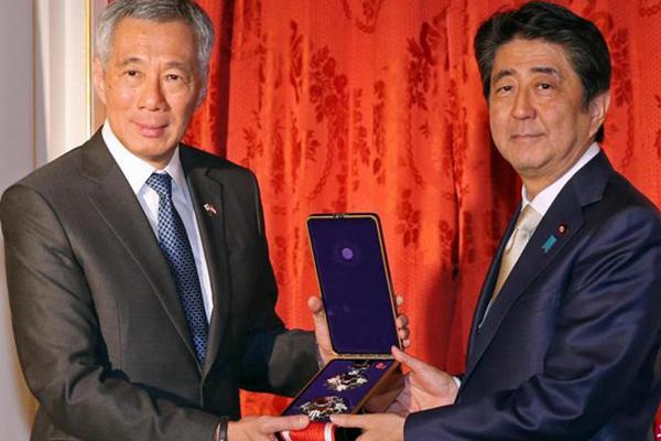 """李显龙欢迎日本更""""积极"""" 安倍追授其父一等绶章"""