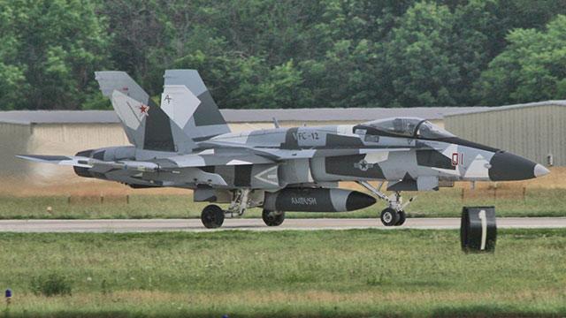 美入侵者中队用F18模仿苏35