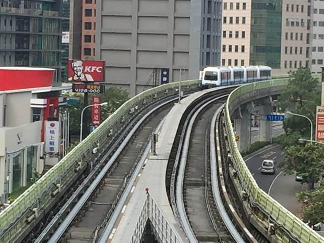 台北捷运列车疑似爆胎传巨响 车头冒烟乘客大惊