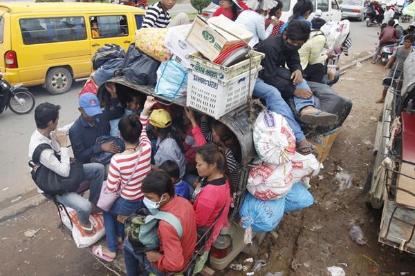 """柬埔寨民众回乡过""""亡人节"""" 挤爆车辆上下开挂"""