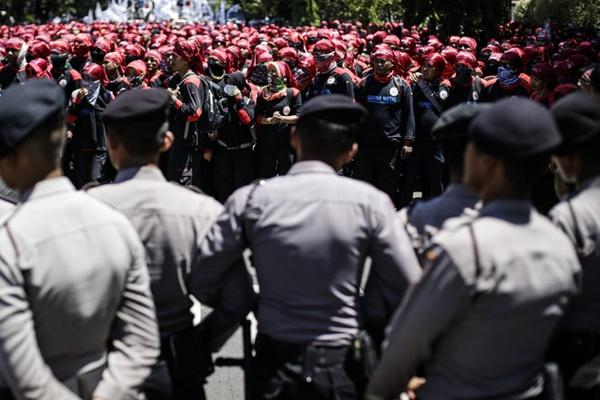 印尼劳工举行大规模游行集会 要求提高薪资待遇