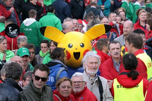 比利时爆发罢工大游行 皮卡丘现身人群