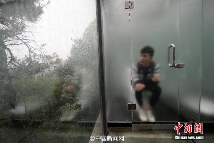 湖南一全透明厕所对外开放 男女厕所仅隔一玻璃