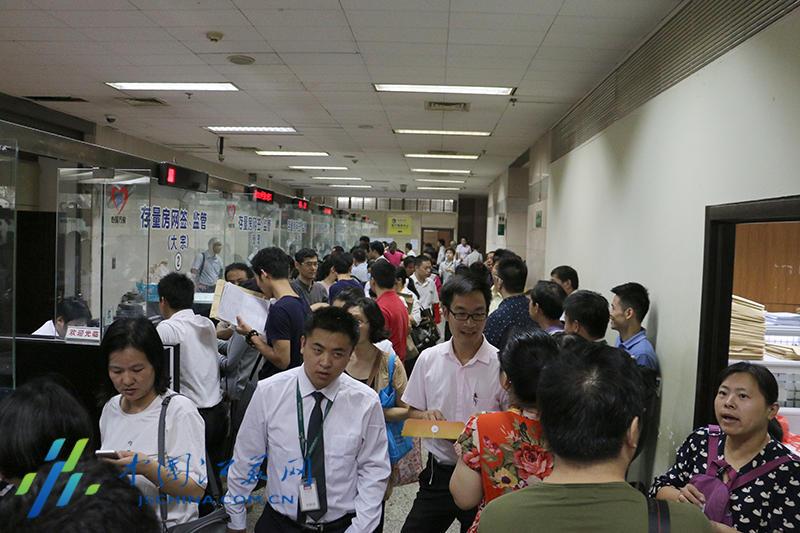 南京房产交易中心一幕:患病市民躺着按手印