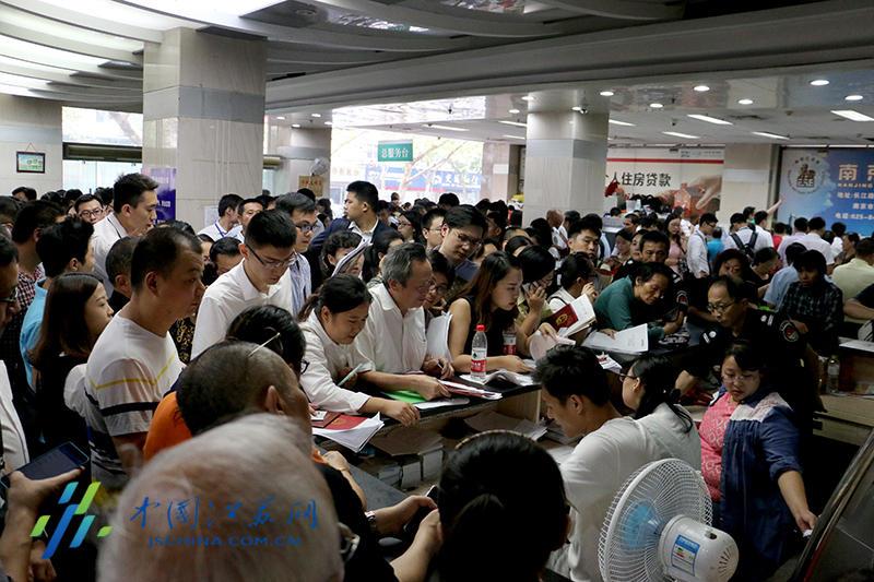 南京房产交易中心:患病市民躺着按手印