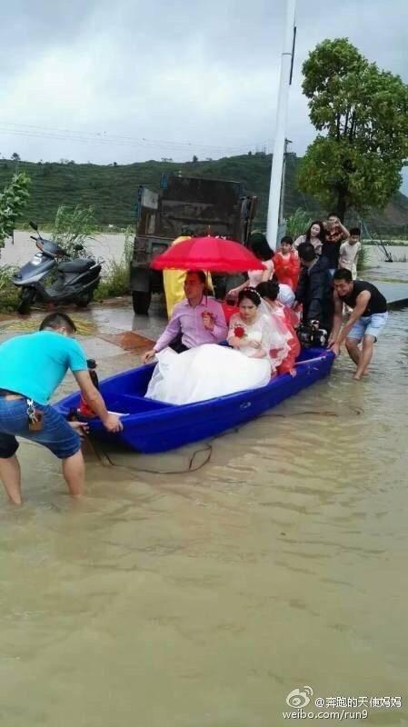 台风袭击福建连江 新郎坐船冒风雨接亲