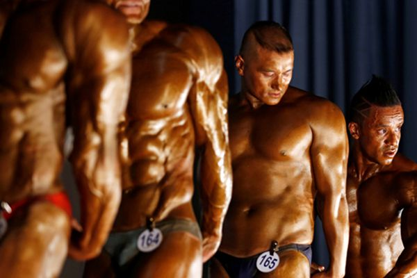 尼泊尔举办健美锦标赛 选手秀肌肉展现力与美