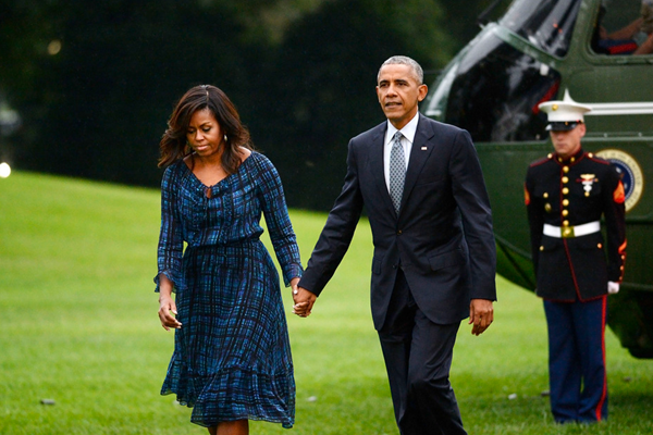 """奥巴马又""""虐狗"""" 与米歇尔牵手返白宫"""