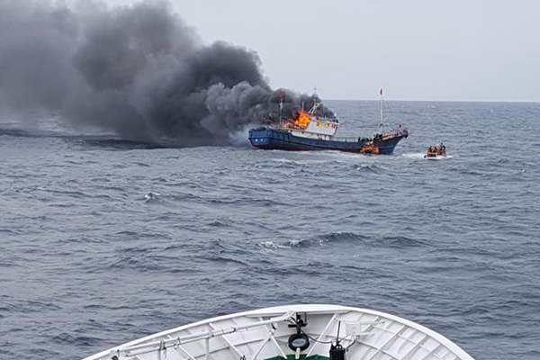 韩海警向中国渔船投爆音弹 致3名中国船员身亡