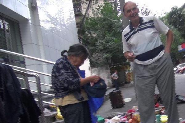 外教弄脏摊主衣服 老人婉拒赔偿:中国人没这么小气