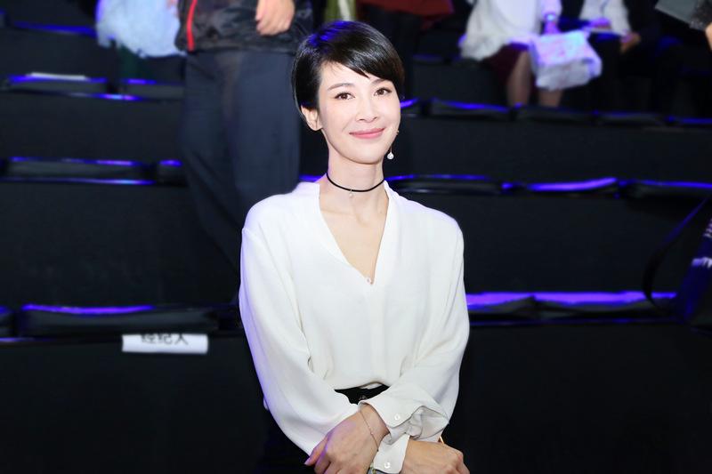 童蕾现身时装周 黑白搭配简约帅气