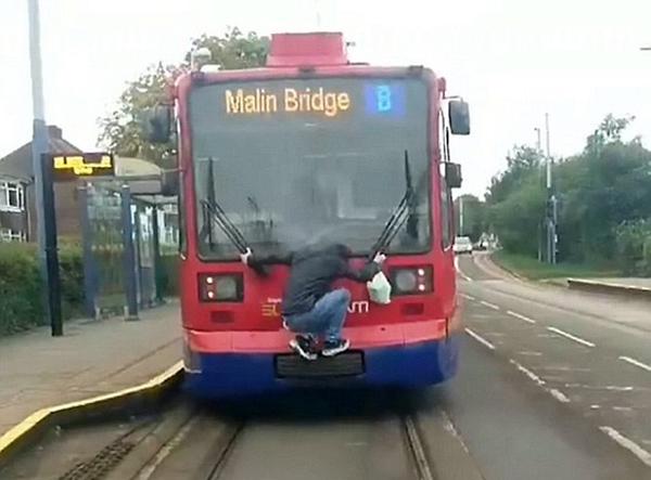 要钱不要命!英男子挂在疾驰电车尾部逃票