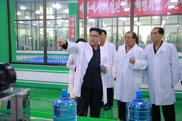 金正恩视察朝鲜龙岳山矿泉水厂 亲自指导工作