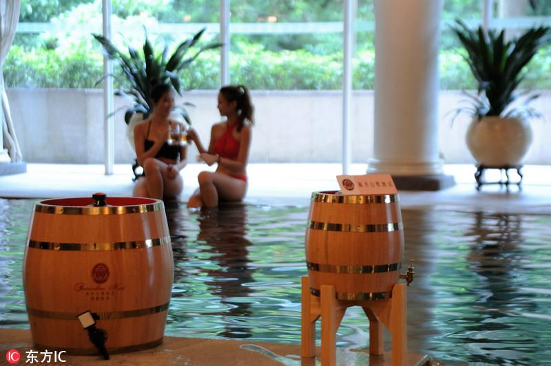 广东一酒店推出啤酒浴 美女酒中嬉戏