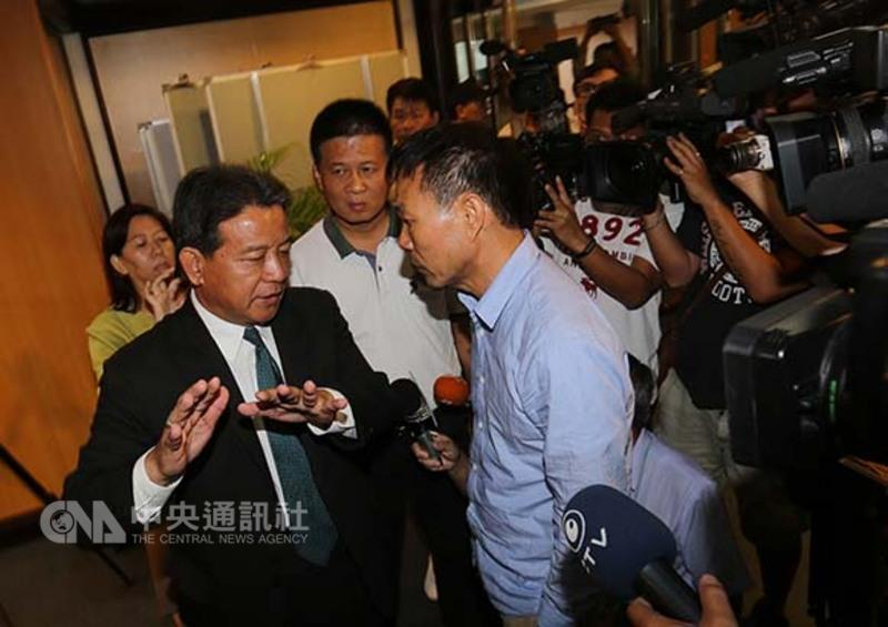 台南议会失控 绿议员猛揍蓝女议员将左眼打骨折