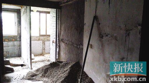 广州一老旧小区楼顶违建三层 墙体楼板仅5厘米厚