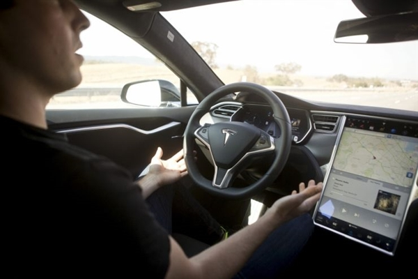 特斯拉自动驾驶又撞车:瞪眼看着大巴往上撞