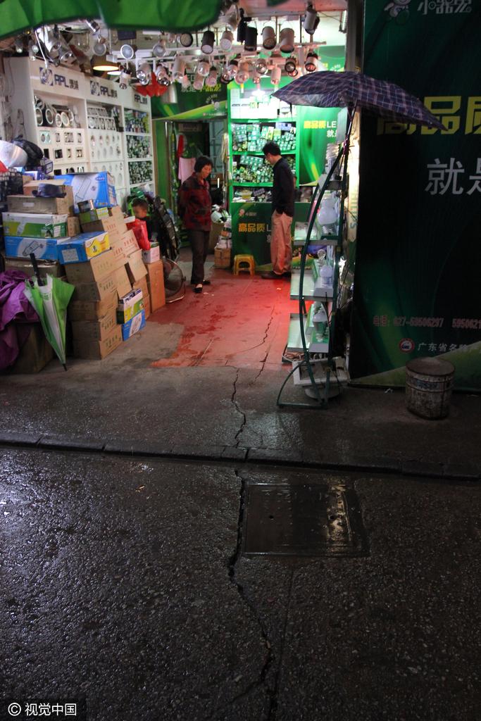 武汉闹市房屋沉降成危房 住户拒绝转移