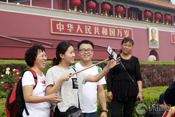 本网记者实拍:国庆长假首日 天安门广场游人如织