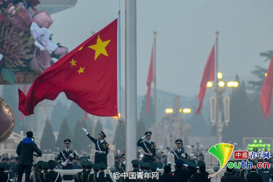 数万人观看天安门升旗仪式 庆祝国庆
