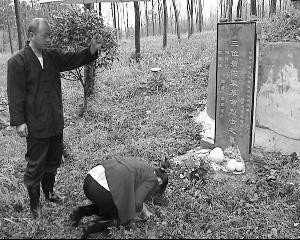 农民夫妻自费为无名烈士修墓 年年来祭扫