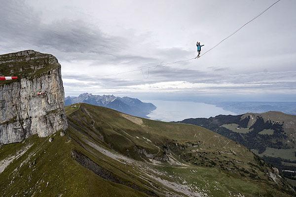 艺高人胆大!瑞士勇士2000多米高空玩命走绳索