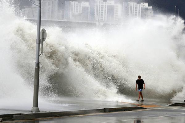 """釜山再遇大危机 台风""""暹芭""""携海水倒灌巨浪滔天"""