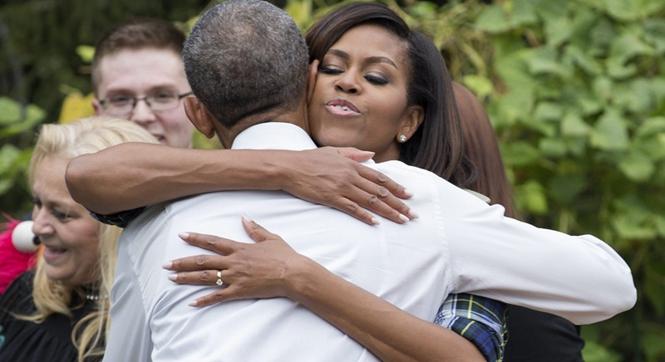 米歇尔领学生白宫菜园挖菜变女汉子 与奥巴马大秀恩爱