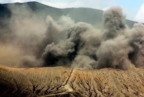印尼婆罗摩火山喷发 场面壮观