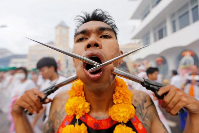 泰国信徒自虐庆素食节 刀枪穿脸而过