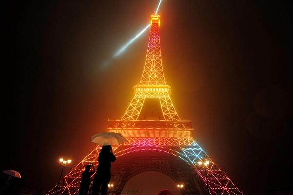 杭州山寨埃菲尔铁塔上演灯光秀 市民冒雨前往