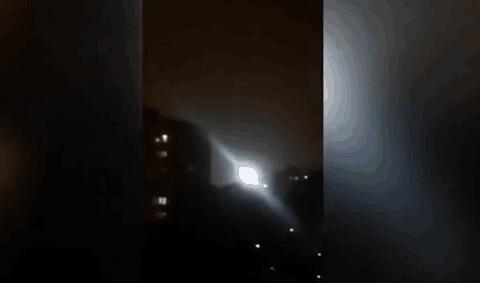 俄罗斯夜空惊现球状白光停民居上空久不散去