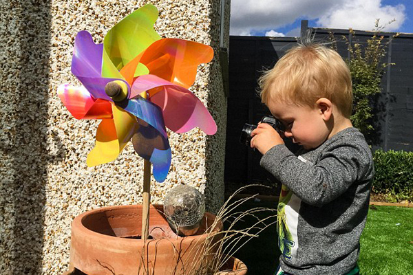 孩子视角看世界!英19个月大孩子用相机记录生活