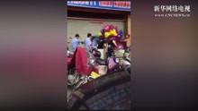 卖气球妇女遭城管殴打 孩子哭泣求饶