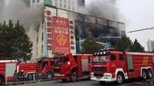 现场:南阳火车站附近一大厦起火