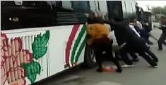 实拍老人被卷入车下 数十路人抬车相救