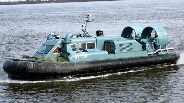 边防部队用专用气垫船巡逻